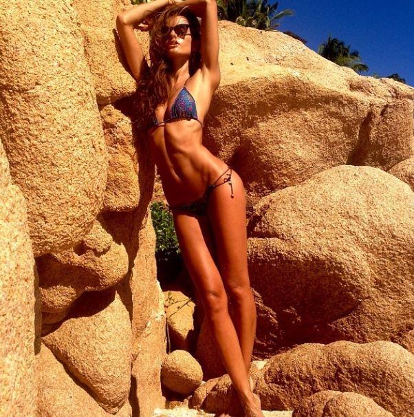 Izabel Goulart abdominaux ventre sexy