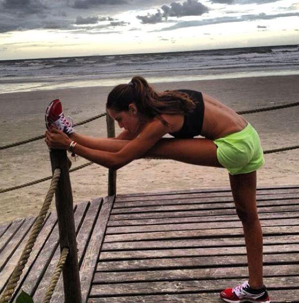 Izabel Goulart étirement de la jambe